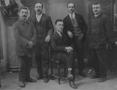 Á dereita Taratola cos compañeiros socialistas Alejandro, José (o de Vicente), Lorenzo Corbacho co mestre Angel Mato (sentado). 1920