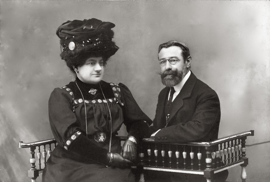Dona Dolores López Saavedra e o seu marido Don Luis López Guitián. Señores da casa do Rosal retratados por José Gil en 1907.