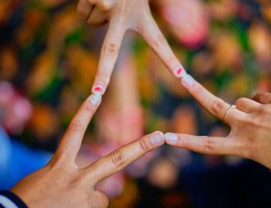 foto de gente conectando sus dedos