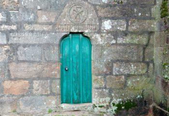 Unha das portas da Igrexa de San Martiño
